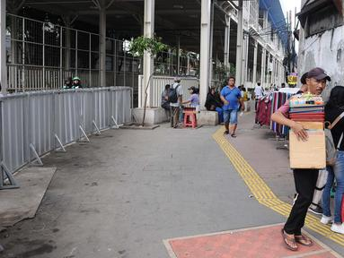 Suasana kolong jembatan multiguna atau Skybridge Pasar Tanah Abang, Jakarta, Jumat (19/1). Pascabentok Satpol PP dengan PKL, kolong Skybridge Tanah Abang terlihat sepi dari pedagang. (Liputan6.com/Herman Zakharia)
