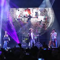 Para penyanyi pria ternama berkolabroasi dalam 90's Time Warp. (Adrian Putra/Fimela.com)