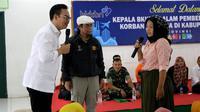 Kepala BKKBN Hasto Wardoyo menyerahkan bantuan bagi korban banjir Kabupaten Lebak di Aula Dodiklatpur Rindam Siliwangi, Ciuyah, Kabupaten Lebak, Jumat, (24/1/2020). (Dok Badan Kependudukan dan Keluarga Berencana Nasional/BKKBN)
