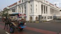 Delman wisata menunggu penumpang di sekitaran Jalan Kali Besar Barat kawasan Kota Tua, Jakarta, Minggu (19/9/2021). Meski Jakarta masih dalam masa PPKM level 3, kawasan ini mulai ramai dikunjungi warga untuk berwisata atau sekedar berfoto. (Liputan6.com/Helmi Fithriansyah)