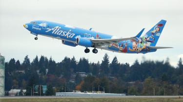 Pesawat Alaska Airlines dengan tema khusus dari salah satu film yang diproduksi Pixar Animation Studios lepas landas dari Bandara Internasional Seattle-Tacoma di Seattle pada 7 Oktober 2019. Pesawat Boeing 737-800 milik maskapai tersebut menampilkan tokoh dari Toy Story. (AP Photo/Ted S. Warren)