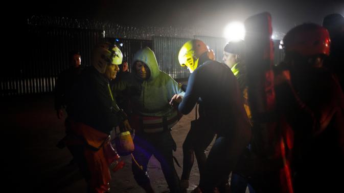 Pihak berwenang menahan seorang imigran Honduras yang diselamatkan dari air ketika berusaha menyeberangi perbatasan AS dari laut di pantai Tijuana, Meksiko, Kamis (29/11). (AP Photo/Ramon Espinosa)#source%3Dgooglier%2Ecom#https%3A%2F%2Fgooglier%2Ecom%2Fpage%2F%2F10000