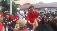 Gibran saat menyapa pendukungnya yang di depan kantor DPD PDI Perjuangan Jawa Tengah. (Foto: Liputan6.com/Felek Wahyu)