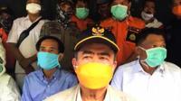 Wakil Gubernur Sumbar, Nasrul Abit melakukan wawancara online dengan jurnalis ketika mematau kondisi di perbatasan Sumbar dengan Bengkuklu, Sabtu (4/4/2020)