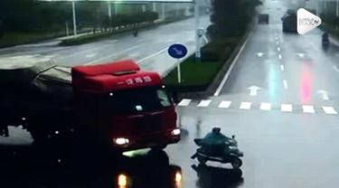 Detik-detik pengendara sepeda motor jadi nyaris korban kecelakaan truk yang hilang kendali di China. Tidak ada korban jiwa dalam insiden ini.