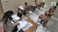 Suasana kegiatan pembelajaran tatap muka di SDN Pondok Labu 14, Jakarta Selatan, Rabu (7/04/2021). Mulai hari ini, Pemprov DKI melakukan pembelajaran tatap muka bagi 85 sekolah dari semua jenjang pendidikan hingga 29 April. (merdeka.com/Arie Basuki)