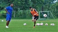 charis yulianto mengawasi sesi latihan bek asing Matias Malvino. (Bola.com/Iwan Setiawan)