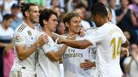 Para pemain Real Madrid merayakan gol yang dicetak Luka Modric pada laga La Liga Spanyol di Stadion Santiago Bernabeu, Madrid, Sabtu (5/10). Madrid menang 4-2 atas Granada. (AFP/Pierre-Philippe Marcou)