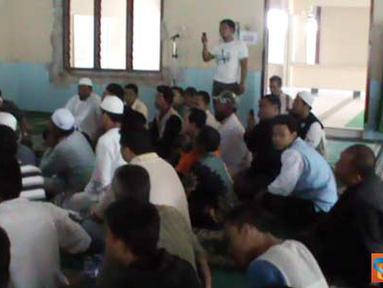 Citizen6, Medan: Massa sebuah organisasi kemasyarakatan berkumpul guna mencegah upaya pembongkaran Masjid Al-Ikhlas di Medan Sumatra Utara. (Pengirim:Afrian Effendi Lubis)