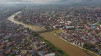 Tampak dari udara, Sungai Palu dengan tanggul pengaman yang melintasi tepat di tengah Kota Palu yang jadi habitat buaya, Jumat (21/2/2020). (Foto: Liputan6.com/Heri Susanto)