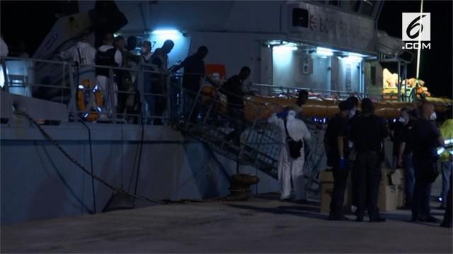 Italia mengizinkan 200 migran yang dijemput dari perahu kayu penuh sesak untuk berlabuh. Para migran diselamatkan dari perahu oleh dua kapal misi Frontez Uni Eropa.