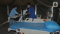 Petugas menyiapkan alat kesehatan di tenda isolasi sementara di Rumah Sakit Siloam, Jakarta, Sabtu (7/3/2020). RS Siloam menyediakan fasilitas tenda isolasi sementara, ruangan dekontaminasi, pengecekan suhu tubuh guna mengantisipasi penyebaran virus corona COVID-19. (Liputan6.com/Herman Zakharia)