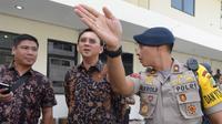 Gubernur DKI Jakarta nonaktif, Basuki Tjahaja Purnama (Ahok) mendengarkan penjelasan seorang polisi terkait rencana meninggalkan PN Jakarta Utara, Selasa (20/12). Sebelumnya Ahok menjalani sidang kedua kasus dugaan penistaan. (REUTERS/Adek BERRY/Pool)