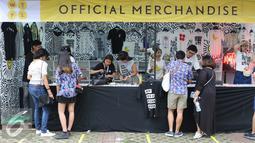 Pengunjung melihat stand merchandise di We The Fest 2016 yang digelar di Parkir Timur Senayan, Jakarta, Sabtu (13/8). We The Fest 2016 digelar selama dua hari, 13-14 Agustus 2016. (Liputan6.com/Herman Zakharia)