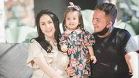Momo Geisha, sejak menikah di tahun 2017 memang sudah tak lagi di dunia tarik suara. Kini ia menjadi seorang pengusaha seperti sang suami, Nicola Reza Samudera. Tiga tahun menikah, Momo pun mengungkap momen pertemuan pertamanya dengan suami. (Instagram/therealmomogeisha)