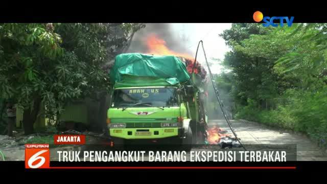 Truk bermuatan barang ekspedisi hangus terbakar di komplek pertokoan Jalan Gunung Sahari Raya, Pademangan, Jakarta Utara.