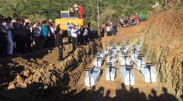 Pemakaman massal korban banjir bandang di Sentani, Kabupaten Jayapura, Papua, Rabu (27/3). Sebanyak 20 jenazah korban banjir bandang Sentani dimakamkan secara massal lantaran belum berhasil teridentifikasi.  (NETHY DHARMA SOMBA/AFP)