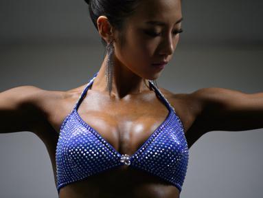 Kim Hae-Yong memenangi gelar 'Miss Sport Model' dalam Kejuaraan Muscle Pump NABBA WFF Korea 2015 di Seoul, Korea Selatan. Minggu (10/5). (AFP PHOTO/Ed Jones)