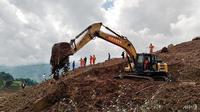 Sebuah ekskavator dan penyelamat bekerja di lokasi tanah longsor di Liupanshui, Provinsi Guizhou, Barat Daya China, 24 Juli 2019. (AFP / STR)