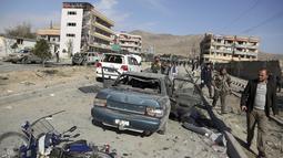 Personel keamanan Afghanistan berkumpul di lokasi serangan bom mobil di Kabul, Afghanistan (13/11/2019). Setidaknya tujuh orang tewas dan tujuh lainnya luka-luka ketika sebuah bom mobil meledak pada jam sibuk pagi hari Kabul pada 13 November. (AP Photo/Rahmat Gul)