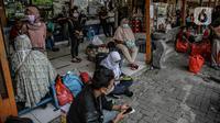 Calon penumpang menunggu jadwal keberangkatan bus di Terminal Kalideres, Jakarta, Senin (26/4/2021). Pemerintah memperpanjang masa larangan mudik Lebaran yaitu mulai dari 22 April hingga 24 Mei 2021. (Liputan6.com/Faizal Fanani)
