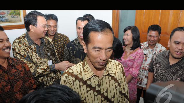 Jokowi menanggapi pertanyaan wartawan usai berfoto bersama stafnya di Balai Kota, Jakarta, Jumat (8/8/2014) (Liputan6.com/Herman Zakharia)