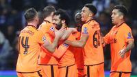Pemain Liverpool merayakan gol Mohamed Salah (ketiga kiri) ke gawang FC Porto dalam leg pertama babak 16 besar Liga Champions di Stadion Do Dragao, Kamis (15/2). Liverpool memetik kemenangan dengan skor telak 5-0. (AP/Luis Vieira)
