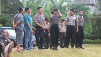 Polisi berjaga dalam sesi latihan di lapangan Yogyakarta Internasional School, Mlati, Sleman, Selasa (21/1/2020). (Bola.com/Vincentius Atmaja)