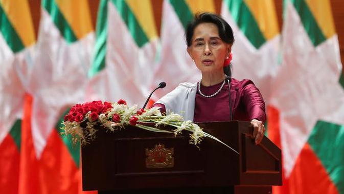 Penasihat Negara Myanmar Aung San Suu Kyi menyampaikan pidato nasional terkait Rohingya di Naypyidaw (19/9). Dalam pidatonya, ia menjelaskan bahwa Pemerintah Myanmar tidak lari dari tanggung jawab. (AFP Photo/Ye Aung Thu)