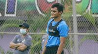 Pemain Timnas Indonesia, Rachmat Irianto, saat sesi latihan di Lapangan D Senayan, Jakarta, Rabu, (10/2/2021). Latihan tersebut untuk persiapan SEA Games 2021 di Vietnam. (Bola.com/M Iqbal Ichsan)