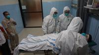 Sejumlah tenaga medis di RSUD Dr Moewardi Solo menggelar simulasi penanganan perawatan pasien suspek virus corona.(Liputan6.com/Fajar Abrori)