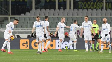 Ekspresi kecewa pemain Inter Milan usai gagal mempertahankan kemenangan pada laga lanjutan Serie A yang berlangsung di stadion Artemio Franci, Firenze, Senin (25/2). Inter Milan imbang 3-3 kontra Fiorentina (AFP/Tiziana Fabi)