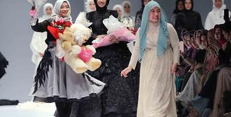 Para perancang busana memamerkan kreasi andalannya dalam acara Jakarta Fashion Week 2017. Beberapa selebriti ikut berlenggak-lenggok di atas panggung. Yang digelar mulai 22 hingga berakhir 28 Oktober. (Deki Prayoga/Bintang.com)