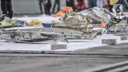Kondisi serpihan dari pesawat Sriwijaya Air SJ-182 saat dikumpulkan di Dermaga JICT 2, Tanjung Priok, Jakarta, Senin (11/10/2021). Pesawat Sriwijaya Air SJ 182 dengan rute Jakarta-Pontianak mengalami hilang kontak empat menit setelah lepas landas dari Bandara Soekarno-Hatta. (merdeka.com/Iqbal S. Nu