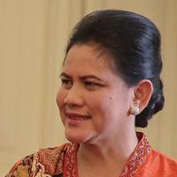 Iriana Widodo menjadi ibu negara pertama di dunia yang terbang memakai kelas ekonomi dan tanpa pengawalan berlebihan! Keren abis!