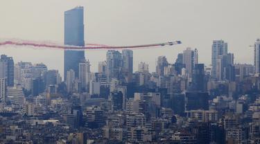 Sejumlah pesawat mengudara di atas langit Beirut, mengeluarkan asap dengan warna-warna bendera nasional Lebanon, dalam perayaan seratus tahun berdirinya Lebanon Raya, di Beirut, Lebanon (1/9/2020). (Xinhua/Bilal Jawich)