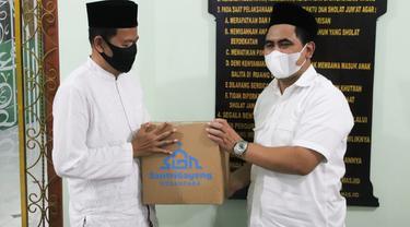 Gus Yasin, Panglima Santri Gayeng serahkan sembako bagi warga miskin di Masjid Jami Baitussalam, Kelurahan Tegalrejo, Kota Pekalongan. (Foto: Liputan6.com/ Felek Wahyu)