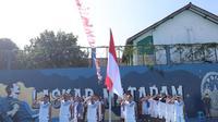 Skuad PSIM Yogyakarta saat menggelar upacara HUT Kemerdekaan Republik Indonesia yang ke-76, Selasa (17/8/2021). (Dok PSIM)