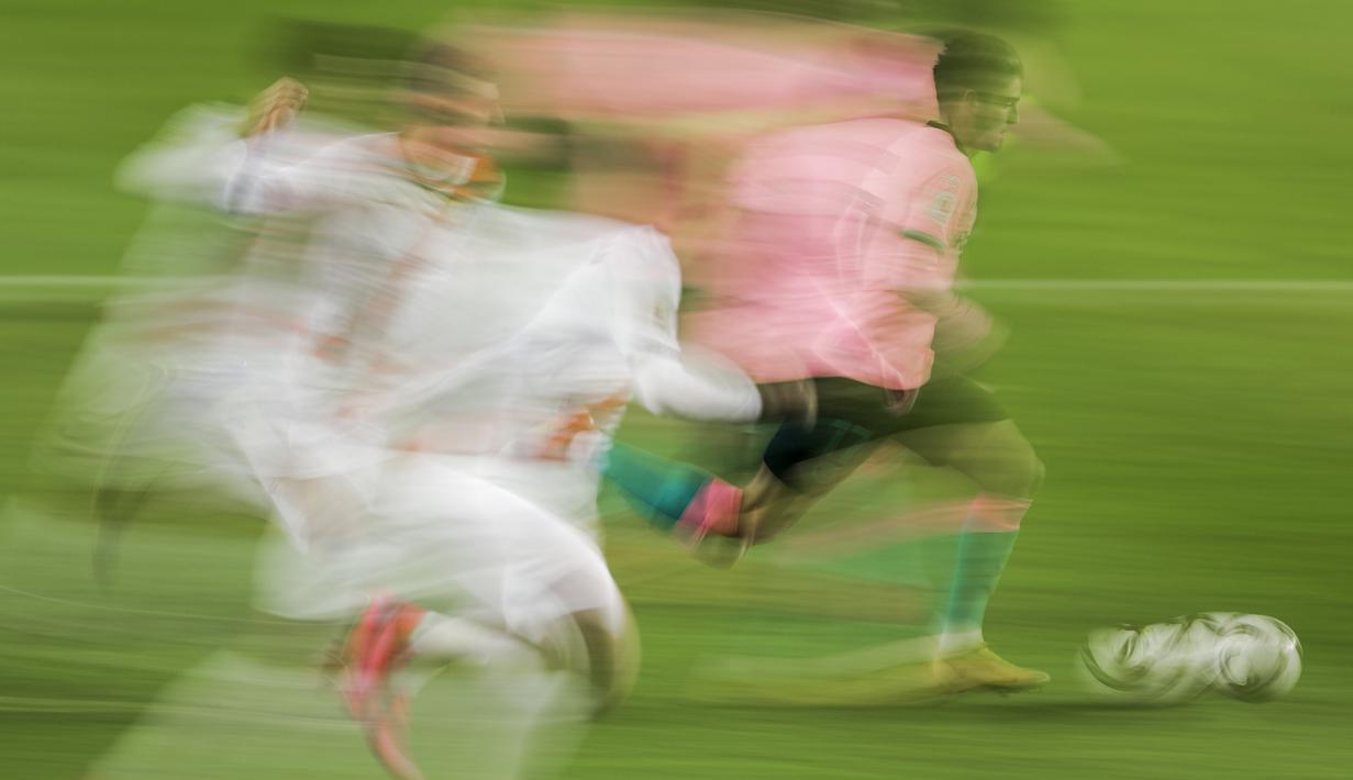 Pemain Barcelona, Francisco Trincao berlari menggiring bola saat melawan Rayo Vallecano pada laga babak 16 Besar Copa del Rey di Vallecas stadium, Madrid, Kamis (28/1/2021). (Foto: AP/Manu Fernandez)