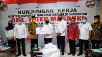 Menteri Koperasi dan UKM Teten Masduki saat mengunjungi Koperasi Pasar (Koppas) Kranggan di Bekasi, Jawa Barat, Jumat (19/6/2020).