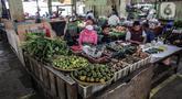 Pedagang terdampak kebakaran menunggu pembeli di Blok B, Pasar Minggu, Jakarta Selatan, Rabu (21/4/2021). Lapak baru tersebut merupakan upaya relokasi agar puluhan pedagang bisa memulai jualan kembali. (Liputan6.com/Faizal Fanani)