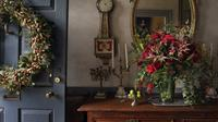 Berikut trik mudah untuk mendekorasi rumah dengan bunga-bunga agar meriah saat Natal.