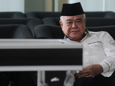 Anggota Komisi VII DPR RI, Nawafie Saleh berada di ruang tunggu sebelum menjalani pemeriksaan di Gedung KPK, Jakarta, Senin (24/9). Politikus Partai Golkar itu diperiksa sebagai saksi terkait kasus dugaan suap proyek PLTU Riau-1. (Merdeka.com/Dwi Narwoko)