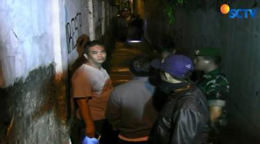 Tak hanya polisi, sejumlah warga juga mengerumuni gang sempit ini untuk untuk menghetahui identitas korban.