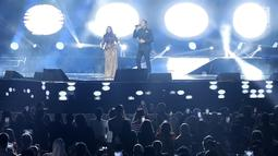 Penyanyi Siti Nurhaliza (kiri) berduet dengan Tulus dalam konser 'Dato Sri Siti Nurhaliza on Tour' di Istora Senayan, Jakarta, Kamis (21/2). Tulus muncul saat Siti Nurhaliza tengah membawakan lagu Seindah Biasa. (Fimela.com/Bambang E Ros)