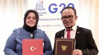 Menteri Keluarga, Tenaga Kerja, dan Pelayanan Sosial Turki H.E. Mrs. Zehra Zümrüt Selçuk dan Menteri Ketenagakerjaan M. Hanif Dhakiri saat penandatanganan MOU kerja sama bidang Ketenagakerjaan.