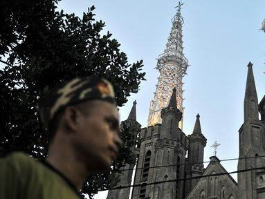 Barisan Ansor Serbaguna Nahdlatul Ulama (Banser NU) melintas di depan Gereja Katedral, Jakarta, Rabu (25/12/2019). Puluhan personel Banser NU dikerahkan oleh GP Ansor untuk membantu pengamanan di Gereja Katedral Jakarta pada perayaan Natal 2019. (merdeka.com/Iqbal S Nugroho)
