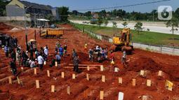 Keluarga korban mengantarkan jenazah di lahan baru Tempat Pemakaman Umum (TPU) khusus COVID-19, Jombang, Tangerang Selatan, Banten,Senin (26/7/2021). Pembukaan lahan baru TPU khusus COVID-19 dikarenakan tingginya angka kematian COVID-19 di wilayah tersebut. (merdeka.com/Arie Basuki)