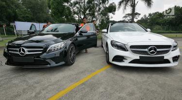 Mercedes-Benz C200 EQ Boost (kiri) dan C300 AMG Line saat peluncuran Mercedes Benz The new C-Clas Production Roll-off di Pabrik Mercedes-Benz, Wanaherang, Bogor, Selasa (11/12). (Liputan6.com/Herman Zakharia)