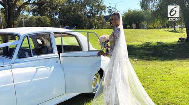 Mengenakan gaun  dari desainer ternama dunia, penampilan Kimmy Jayanti di hari pernikahannya mencuri perhatian warganet.